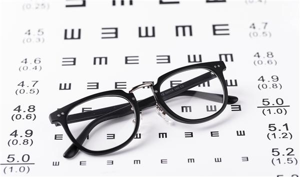 摄图网_501126493_眼镜与视力表(企业商用)_副本.jpg